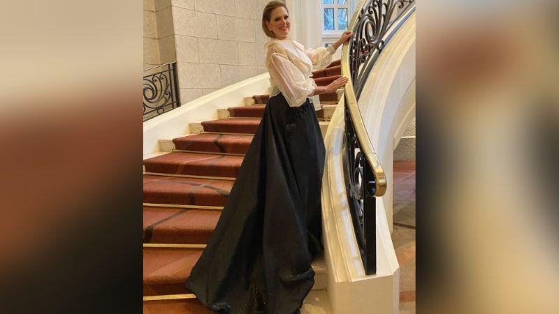 Érika Buenfil deleita a todo Instagram con su belleza en divino vestido plateado