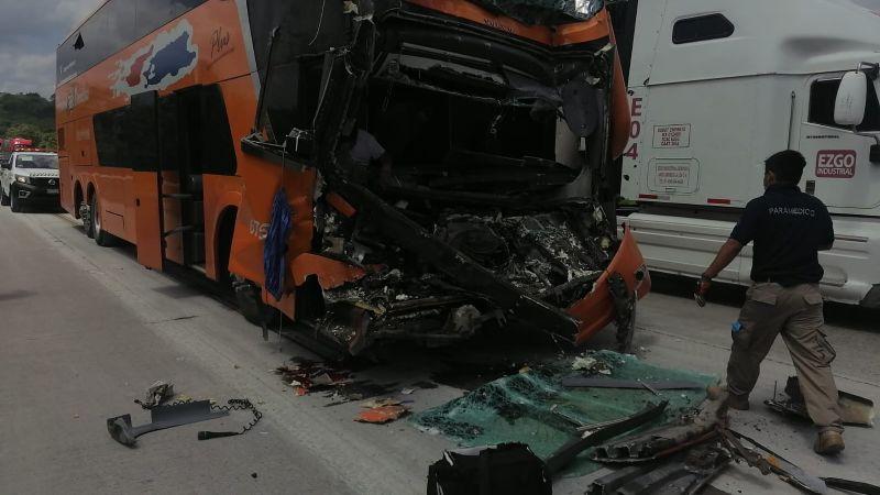 Veracruz: Choque entre tráiler y autobús de pasajeros deja como saldo una persona sin vida