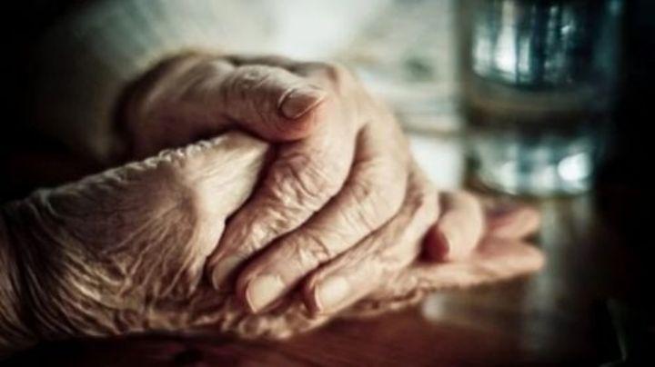 Macabro: Anciana degolla a su hijo y pregunta a la Policía qué hacer con el cuerpo; tenía días muerto
