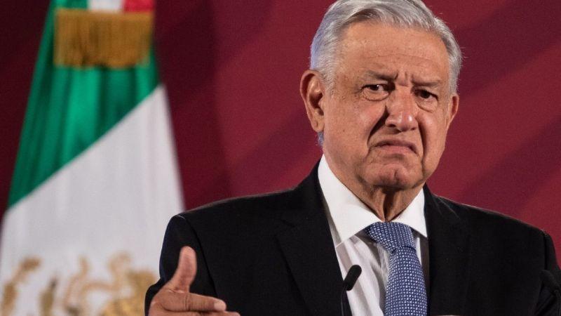 """(VIDEO) """"Los que le faltan"""": Arrojan huevos a Palacio Nacional en descontento con AMLO"""
