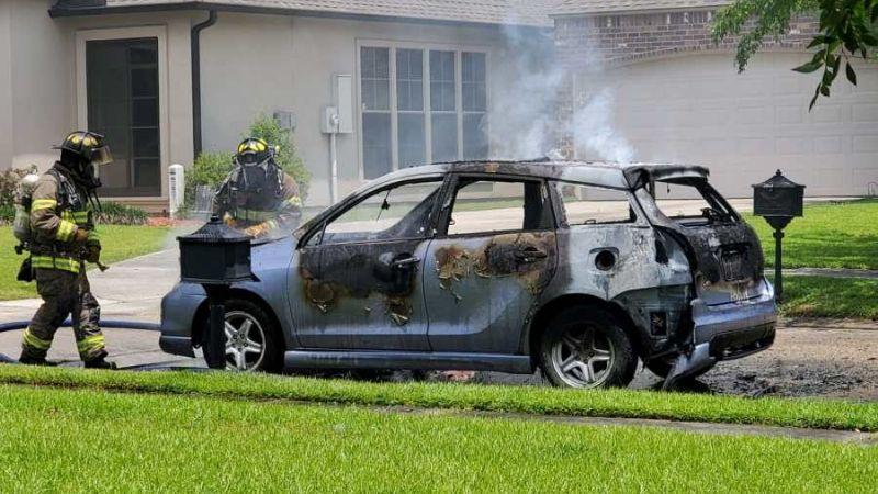 Sujetos armados disparan contra dos empleados de un IHOP, escapan e incendian su auto