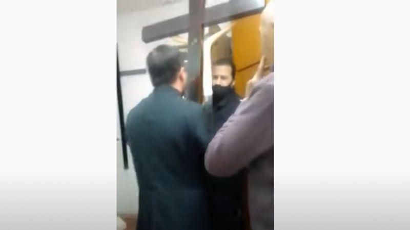 VIDEO: Cura exorciza a policías que lo denunciaron por desobediente ¿Logró salvarse?
