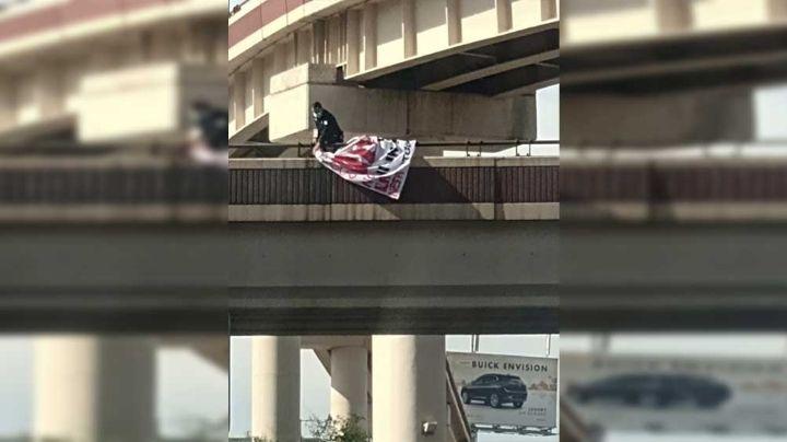 Policía retira manta con mensaje de amenaza de un puente de Hermosillo; en redes reportan más lonas