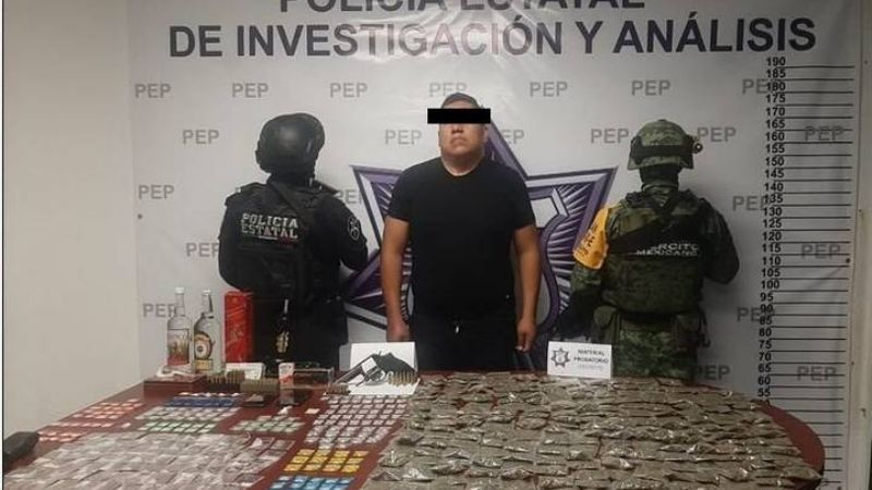 Detienen a mando policial de Puebla por posesión de más de 300 dosis de diversas drogas