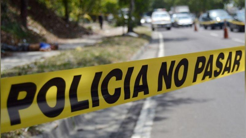 Encobijado y con narcomensaje, localizan el cadáver de un hombre en vía pública