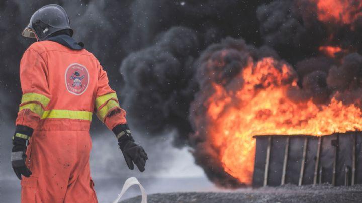 ¡De no creerse! Auto arde en llamas dentro de casa en Ciudad Obregón; le lanzaron una bomba
