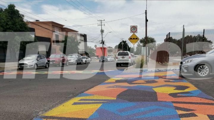 Grupo de jóvenes pintan de colores cruces peatonales de Hermosillo