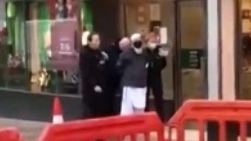 Brutal ataque: Dos mujeres son apuñaladas en el cuello por un hombre; una era una anciana