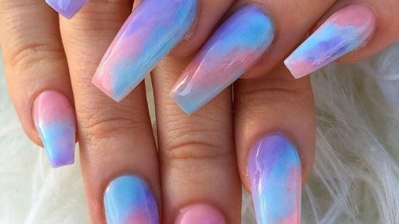 Luce como el arcoíris: Descubre qué es el impactante diseño de uñas 'tie-dye'