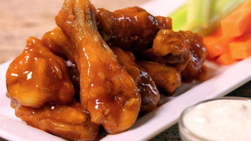 ¿Antojo de algo agridulce? Disfruta de un exquisito pollo con papas asadas a la BBQ