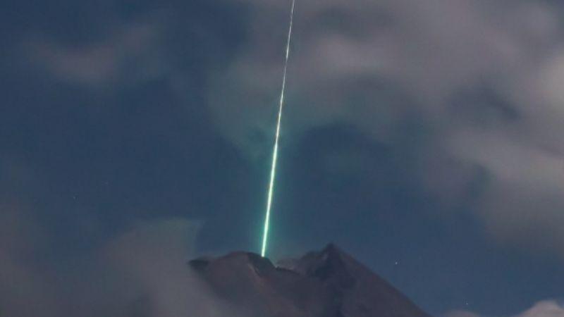 ¡Impactante! Meteoro cae en sobre un volcán activo en Indonesia; VIDEO se vuelve viral