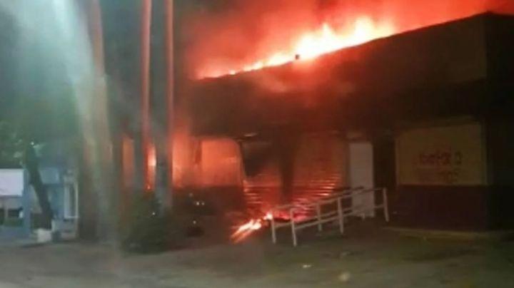 (VIDEO) Arden las elecciones 2021: Lanzan bombas y queman oficinas del INE en Chiapas