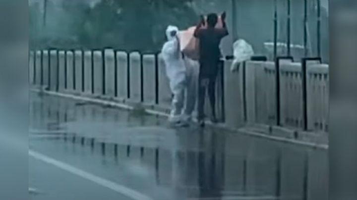 VIDEO: Arrestan a dos por arrojar el cadáver de su familiar fallecido por Covid-19 a un río