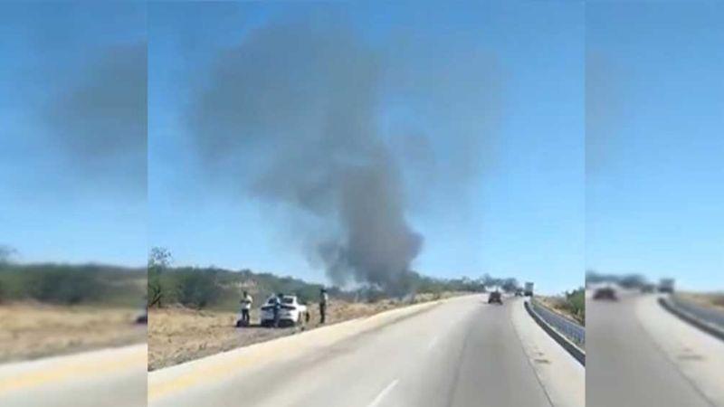 Arde en llamas un auto a la orilla de la carretera entre Magadalena y Nogales