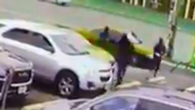 VIDEO: Captan el aterrador momento en el que una mujer es atacada a balazos por 3 hombres