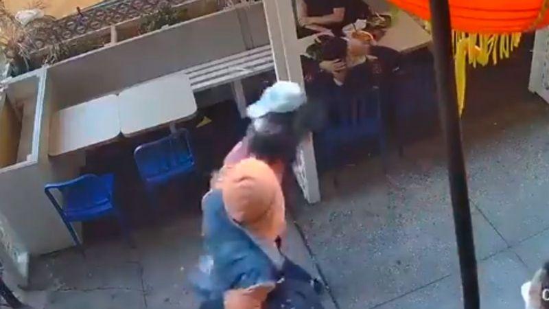 VIDEO: Afroamericano noquea a una mujer asiática a plena luz del día en Chinatown