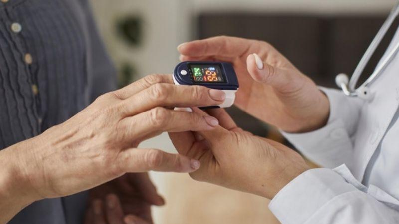 Los oxímetros son la forma más efectiva de detectar Covid-19 en adultos mayores