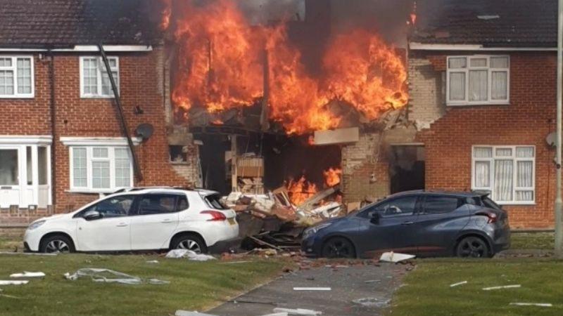 Fuerte explosión deja a ancianos enterrados entre los escombros; papá e hijo toman drástica decisión