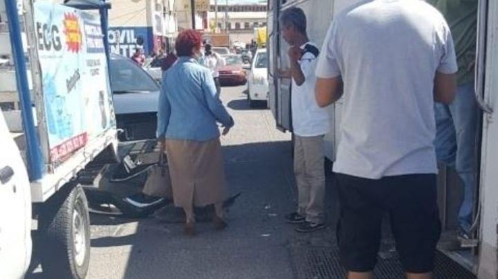 Choque entre un vehículo y un camión deja elevados daños en Guaymas