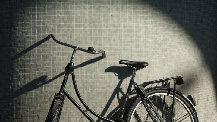 Ladrón hurta bicicleta y termina atropellado; por intentar escapar ignoró el semáforo rojo