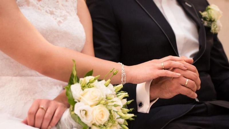 Por no tener pareja, la desinvita a su boda; novia sostiene que sea madrina de postres