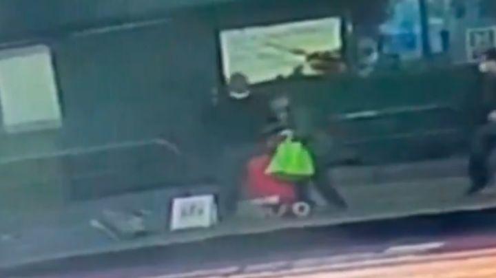 VIDEO: Momento en el que un hombre apuñala a dos mujeres asiáticas en parada de autobús