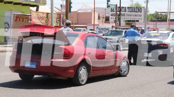 Por los enormes baches en Ciudad Obregón, vehículo sufre severos daños