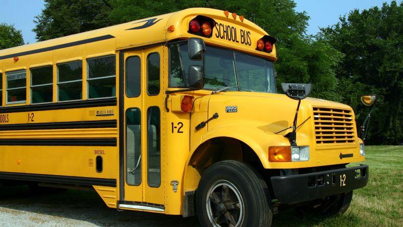 Pánico total: Recluta del ejército secuestra un autobús escolar; había niños en su interior