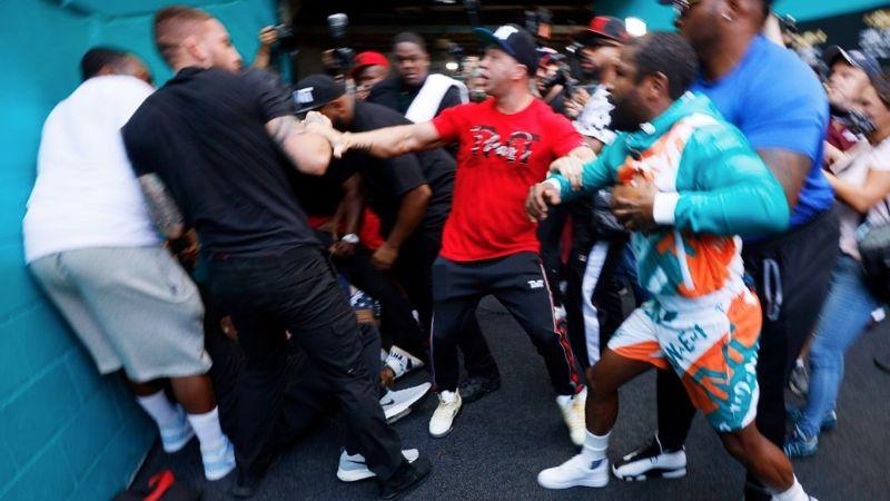 VIDEO: ¡Se dieron con todo! Floyd Mayweather y Jake Paul se van a los golpes fuera del ring