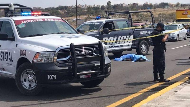 Carro atropella a un hombre y desata una cadena de choques; hay 3 lesionados y un muerto