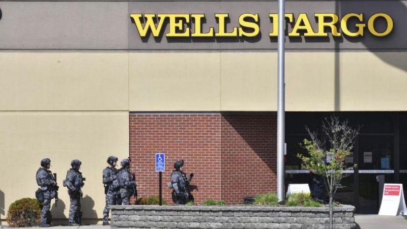 ¡Pasaron 8 horas! Ladrón paraliza un banco y toma rehenes sin necesidad de una pistola
