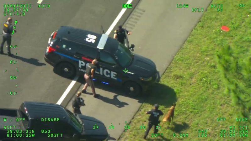 VIDEO: ¡De no creerse! Hombre le roba dos patrullas a la Policía para escapar de ellos