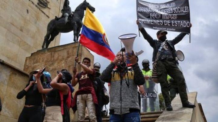 VIDEO: A 'correazos' madre saca a su hijo de las protestas de Colombia; se hace viral