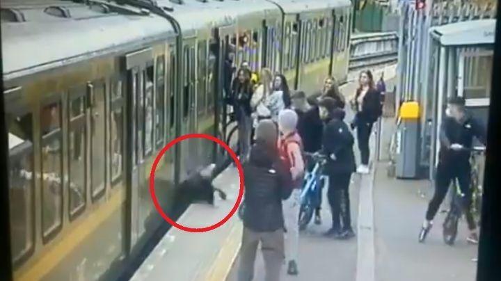 VIDEO: Momento en el que jóvenes escupen y empujan a una adolescente a las vías del tren