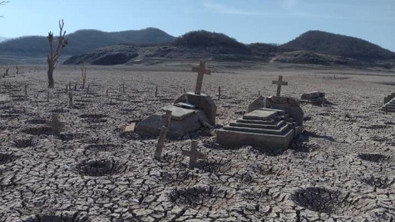 Como de película: Presa se seca y deja al descubierto panteón abandonado