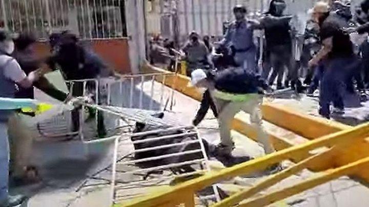 VIDEO: Captan a sujetos mientras golpean de manera brutal a un policía en Hidalgo