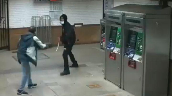 VIDEO: Captan el aterrador momento en el que un sujeto apuñala a un hombre en el metro