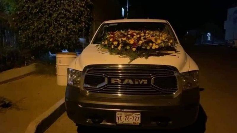 ¡De terror! Balean camioneta en Caborca y dejan una corona de flores sobre el cofre