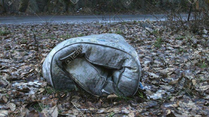 VIDEO: ¡Macabro hallazgo! Abandonan el cadáver de dos personas en el interior de un colchón