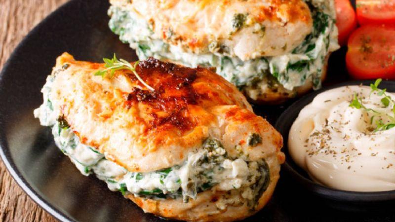 ¿Estás a dieta? Goza de un delicioso pollo 'fitness'; esté relleno de espinaca y queso panela