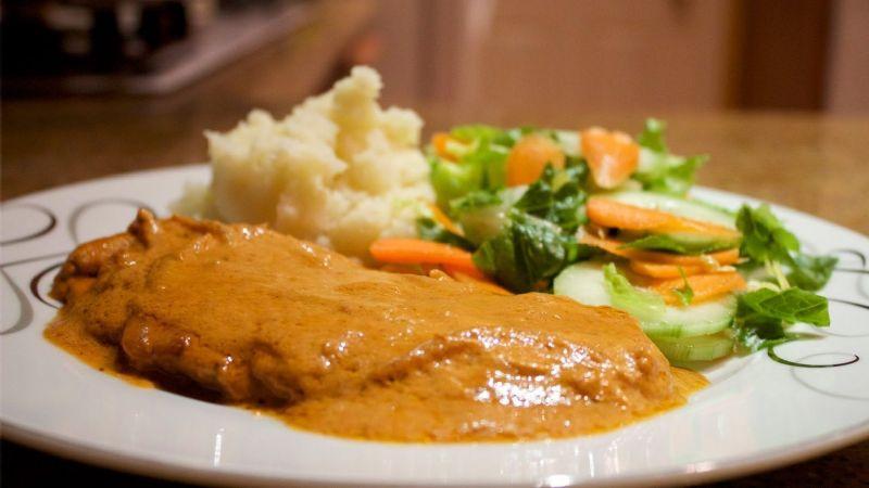 Fácil y rápido: Disfruta de un delicioso pollo con salsa cremosa de chipotle