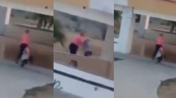 FUERTE VIDEO: Mujer da brutal golpiza a su hijo ciego a plena luz del día; lo arrastró por el piso