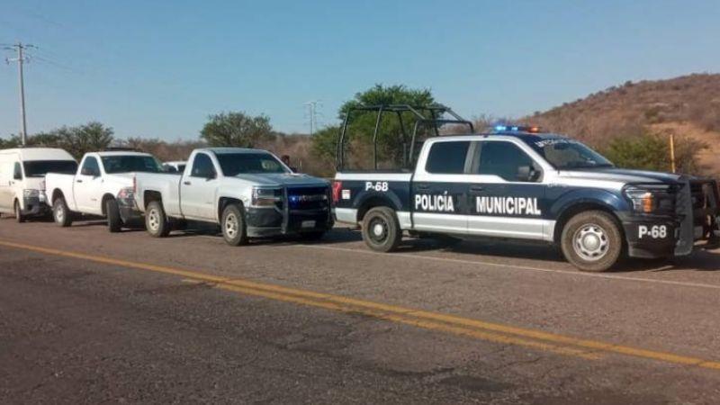 Abandonan cadáver sin zapatos en la carretera; sus manos estaban presas con esposas de metal