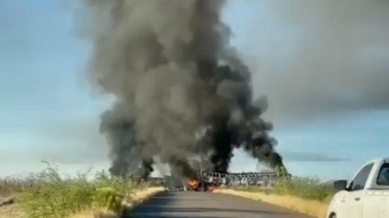 Violencia arde en Sonora: Atraviesan e incendian tráiler en carretera a Tubutama