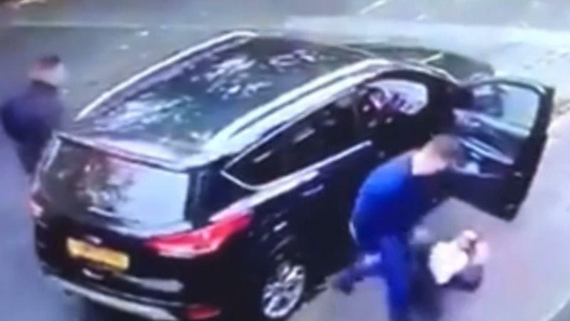 VIDEO: Arrastra a una mujer fuera de su auto para huir en él con sus tres niños dentro