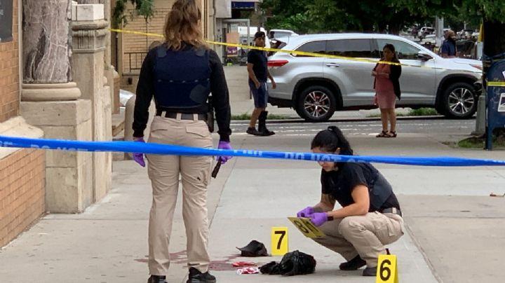 ¡A plena luz del día! Asesinan a un hombre frente a una iglesia; una mujer resultó herida