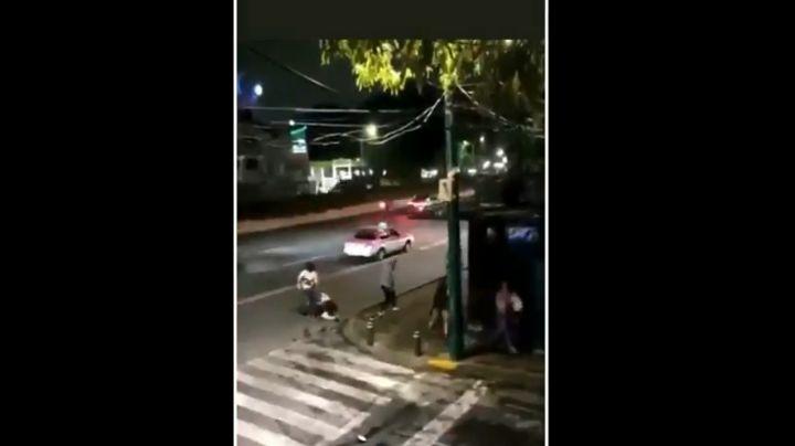 """(VIDEO) """"¡Ayúdenme!"""": Trans asaltan y propinan brutal golpiza a sujeto que quería sus 'servicios'"""