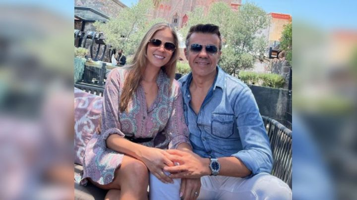 """""""Te amo esposa"""": ¡Sin Emily! Adrián Uribe celebra que Thuany Martins es 18 años menor que él"""