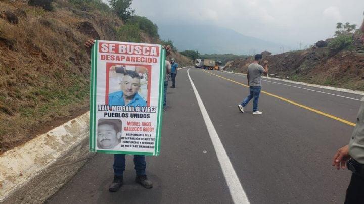 Manifestantes bloquean carretera de Michoacán y exigen el regreso del activista Raúl Medrano