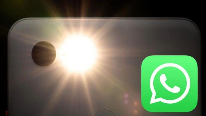 ¿Sabías qué el flash del móvil enciende con un mensaje deWhatsApp? Descúbrelo con este truco